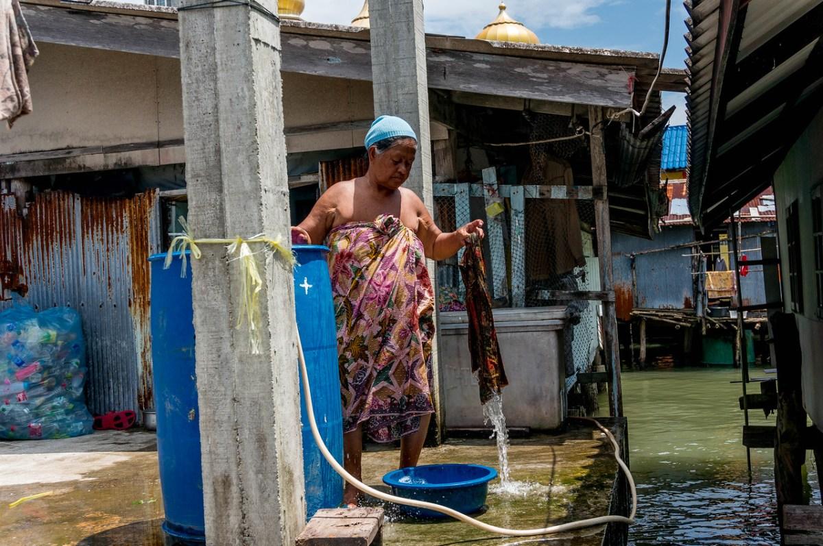 Kvinde vasker tøj Koh Panyi