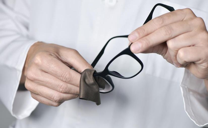 Czyszczenie szkła okularowego: jak to zrobić dobrze, a czego unikać