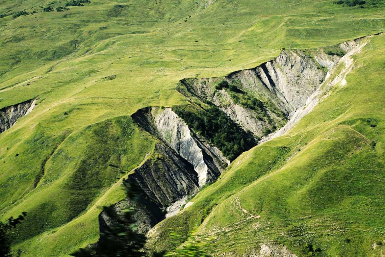 ogromna przestrzeń idealna do uprawiania trekkingu. To oferuje Gruzja