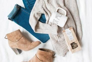 jeansy, sweter i buty na łóżku