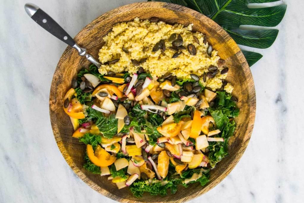 Kasza jaglana, pestki dyni i jarmuż to idealny posiłek na śniadanie.