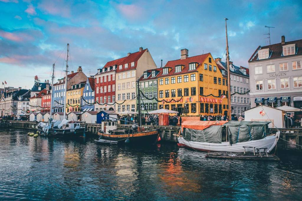 Atrakcje turystyczne Danii. Ulica z jaskrawo kolorowymi kamieniczkami i i kanał Nyhavn w Kopenhadze.