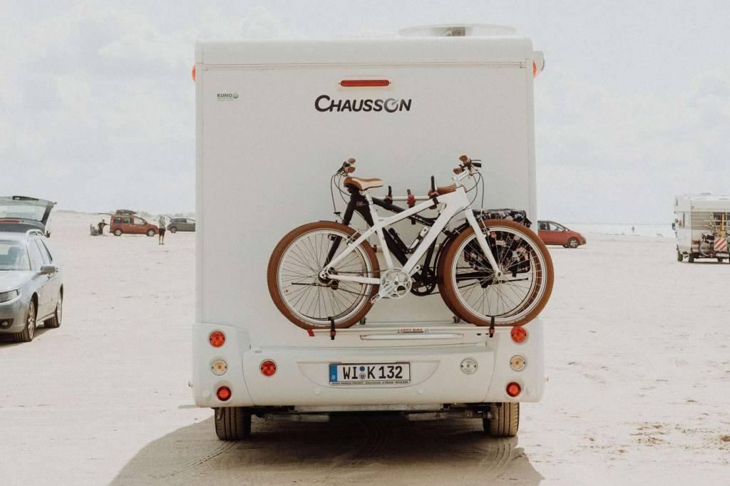 Atrakcje turystyczne Danii. Plaża z samochodami na dunskiej wyspie Romo