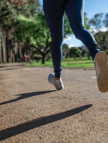 Zdrowy styl życia to poranny jogging.