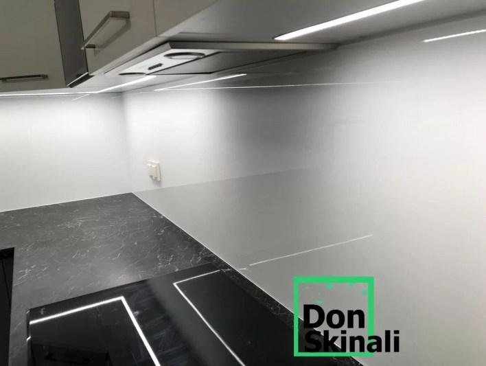 Szkło lakierowane, klejone do ściany, bez ramki aluminiowej w najczęściej wybieranym białym kolorze :)