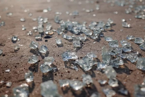 Jeśli stłuczemy hartowane szkło to czekana nas dużo sprzątania ;)