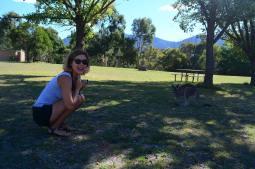 kobieta z kangurami