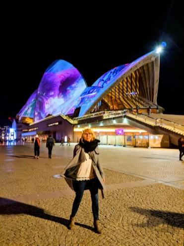 kobieta przed Sydney Opera House