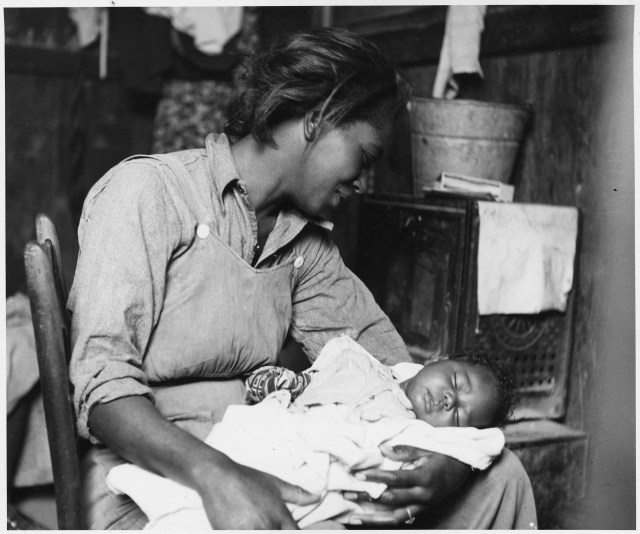 Near_Buckeye_Maricopa_County_Arizona__Migrant_African-American_cotton_picker_and_her_baby__-_NARA_-_522540 Dust Bowl USA - gedocumenteerd door Dorothea Lange