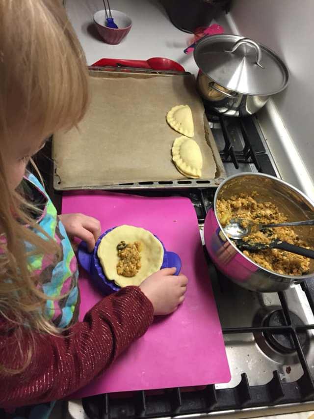 empanadas-vullen Aan tafel: samen koken met je kind