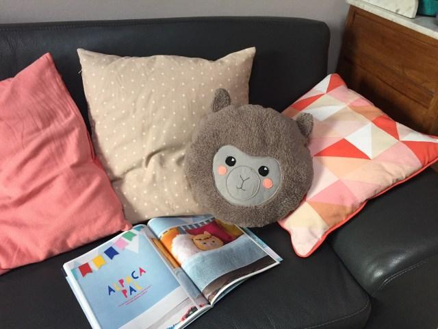alpaca-in-de-zetel Een beestig kussen: alpaca met pompons