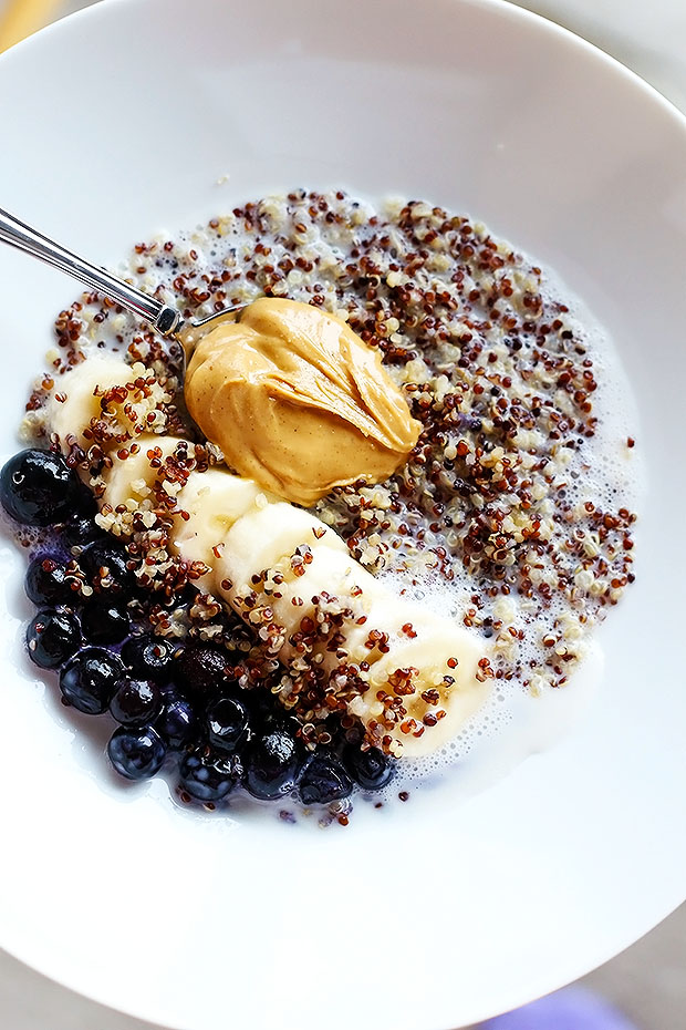 This 5 Ingredient Quinoa Superfood Breakfast Bowl is my new FAV snack! it's SO easy to prepare, only 5 ingredients and tastes amazing! blueberries, bananas, and Peanut Butter! Vegan and Gluten Free / TwoRaspberries.com