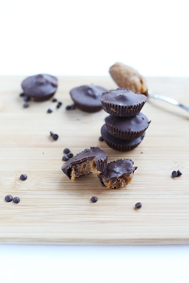 These 3 Ingredient Healthy Caramel Peanut Butter Cups are quick and easy to make. Only 3 ingredients required chocolate, dates and peanut butter! Vegan and gluten free. / TwoRaspberries.com