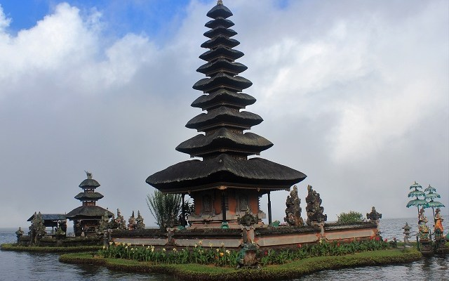 Visiting Bali with a 10-year-old boy: famous Ulun Danu Temple: Bedugul