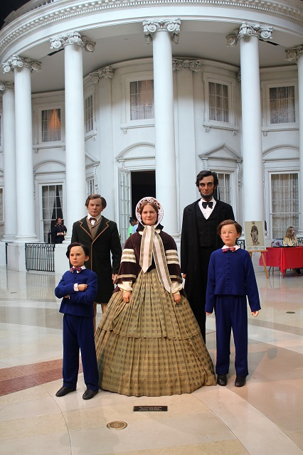 Abraham Lincoln Presidential Museum: The White House South Portico: Two Worlds Treasures