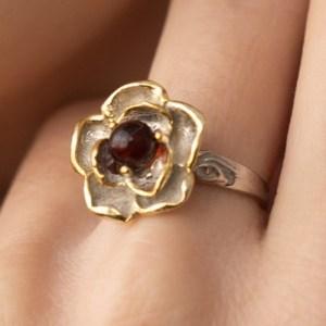 Кольцо из серебра с янтарем Жгучая роза