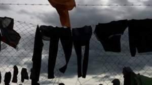 السلطات اليونانية تشرع في إخلاء مخيم إيدوميني وسط معارضة آلاف اللاجئين