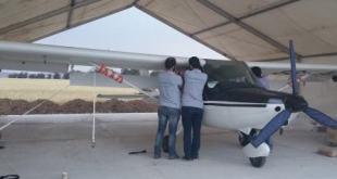 صورة للشقيقين مع الطائرة