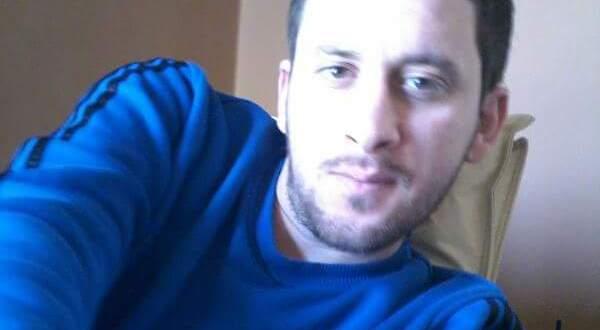 """حذيفة العبد: كلنا شركاء نعى ناشطو مدينة حلب مساء اليوم الأحد، الناشط الإعلامي """"زياد جمول"""" الذي قضى بقصفٍ للنظام على حي مساكن هنانو، متسببةً بمقتل والدته أيضاً وأحد أقربائه. """"زياد جمول"""" الذي أخذ على عاتقه عمليات توثيق الضحايا في حملة الإبادة التي تتعرض لها حلب الغربية، فقال في منشورٍ له قبل ساعات إنه وثق 75 شهيداً قضوا أمس في حلب وريفها جراء القصف المكثّف. وذلك في تغطيته لأحداث اليوم السادس من الحملة العسكرية التي تشتها قوات النظام وروسيا على المدينة المنكوبة. file1.png وقال مراسل """"كلنا شركاء"""" في حلب """"الناشط زياد جمول شهيداً في ذمة الله، منذ ساعات كان يوثق أعداد الشهداء والآن نوثقه"""". بينما قال ابن عمه """"محمد"""" لـ """"كلنا شركاء"""" إن القصف أودى بحياة والدة زياد أيضاً، وكذلك ابن عمتهم """"""""بهيج جمول"""" وزوج أخته أيضاً. وأوضح محمد أن غارة جوية في حي مساكن هنانو أدت إلى مقتل بهيج وشخصٍ آخر من العائلة في البداية، فركب زياد سيارته برفقة والدته للذهاب إليهما، فكان قدرهما مع قذيفة استهدفت سيارتهما متسببة وفاتهما على الفور. وفي آخر المنشورات لضحية الإعلام في حلب قال """"مليتو مننا ومن أخبارنا حقكم و الله، حتى نحنا ملينا، ملينا من كذبة الانسانية تبعكم"""". file12.png فيما قال في منشورٍ آخر: """" عندما تموت و لا ترى من يعزي بك من أهلك حولك !!، عندما تموت و لا يستطع أهلك أن يأتو لدفنك أو ليلقو النظرة الأخيرة عليك ! ، عندها تعرف أنك في حلب المحاصرة .."""". file13.png زياد أو """"أبو جمال"""" ابن السبع وعشرين ربيعا، متزوج ولديه طفل، وينحدر من بلدة مارع، واختار رغم الحصار والقصف أن يعيش في مساكن هنانو حيث قتلته غارة جوية."""