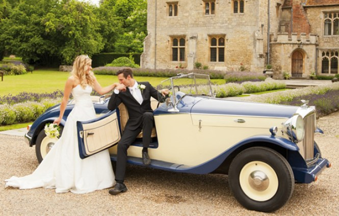 vintage-car-at-wedding