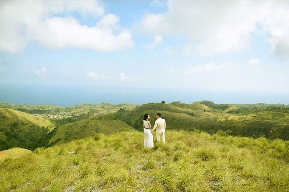 pre-wedding photoshoot locations indonesia - The Savanna (Bukit Teletubbies) - Duniarcare
