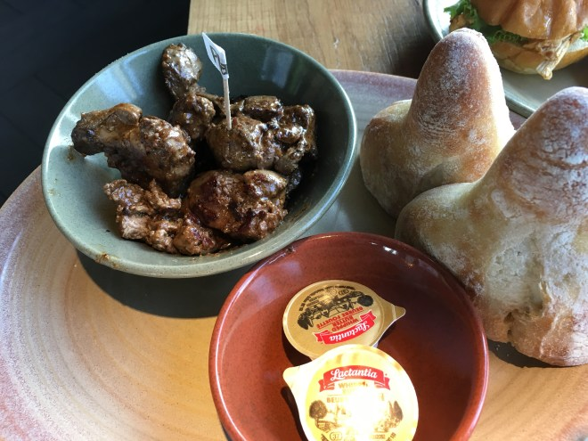 Grilled chicken livers with a Portuguese bun