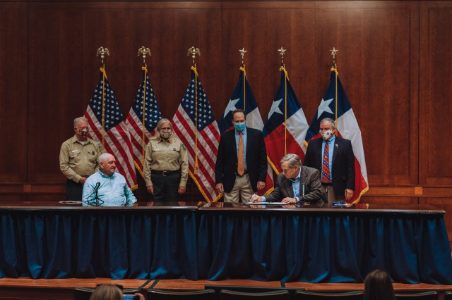Texas Gov. Greg Abbott signing Shared Stewardship agreement with federal officials.