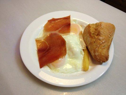 Huevos con jamón en el Indalo Tapas de Madrid.
