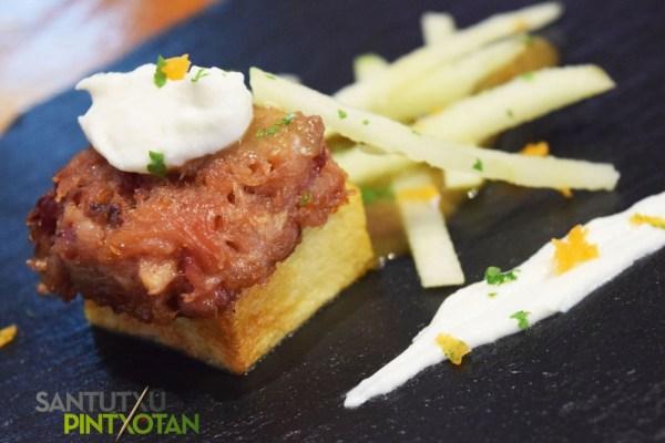 Hysteria. Bombón de codillo, queso de cabra y granny smith apple. (Foto: Santutxu Pintxotan).