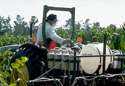 2,4-D pesticide spraying