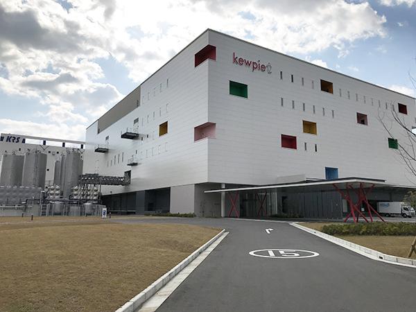 白い工場は、さし色でパッケージに使われているイメージカラーがあしらわれています。
