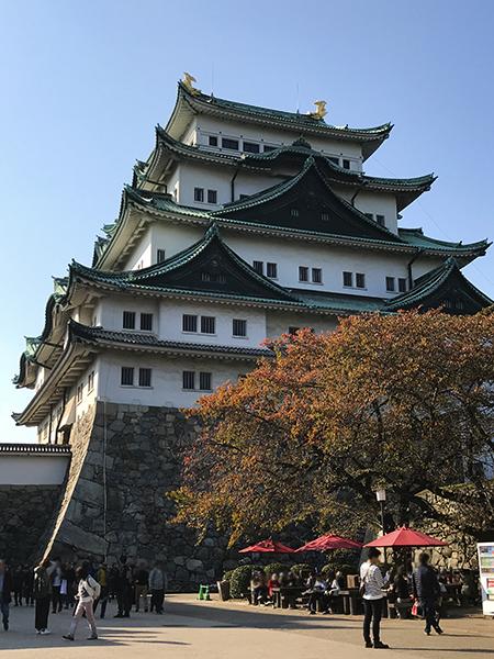 森の中にあるお城・名古屋城。周りはそろそろ紅葉です。
