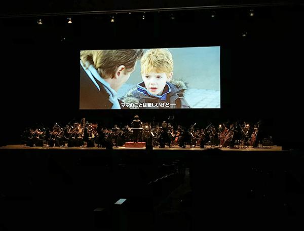 オーケストラの人たちは映画の進行に合わせて演奏です。けっこう大変そうです。