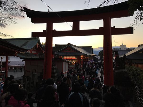 夕暮れが近づいても参詣のお客があとを絶ちません。美しく暮れていく伏見稲荷大社。