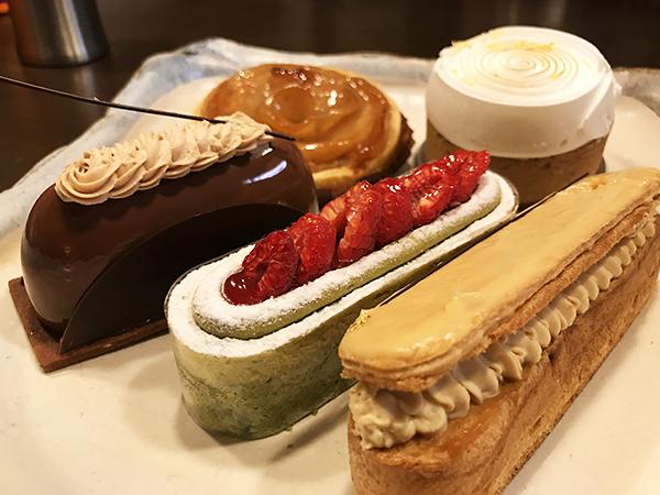 真ん中の「ピスタチオと木苺のケーキ」抜群に美味しかった。他のケーキも満点です!!