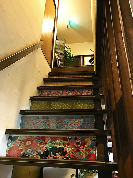 二階へ続く階段。随所に独特のセンスが見うけられます。