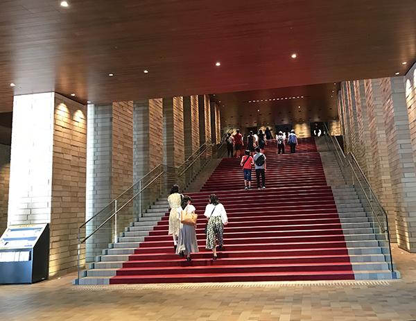 フェスティバルホールは好きな劇場のひとつ。この長い階段、雰囲気あって最高です。