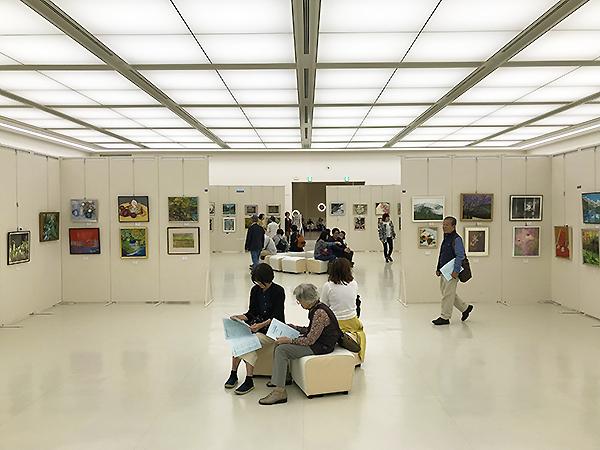 1300㎡という大空間には2,533点の作品が展示されています。見応えがあります。