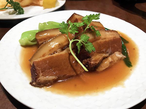 スターアニス(八角)の香りが刺激的な厚切り豚の角煮。これが食べたくてやってきたのです♪♪