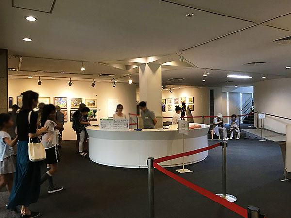 美術館のロビー。この上野の森美術館は企画展が多くアマチュア画家のメッカだそうです。