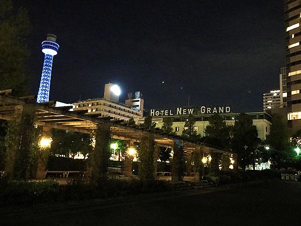 振返るとホテルが見える。背の低い旧館の看板文字が雰囲気です。左は横浜マリンタワー。