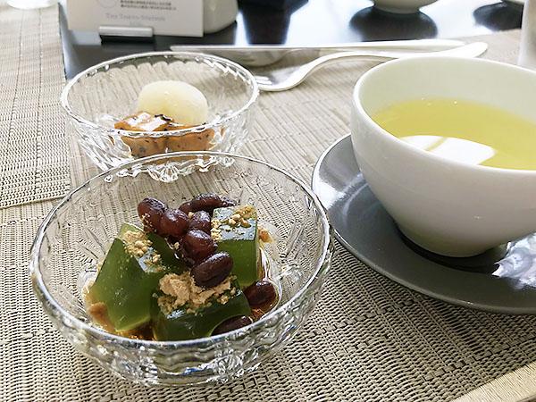 ホテル朝食ビュッフェでは珍しく和風のスイーツが。お気に入り「その2」特製わらび餅。