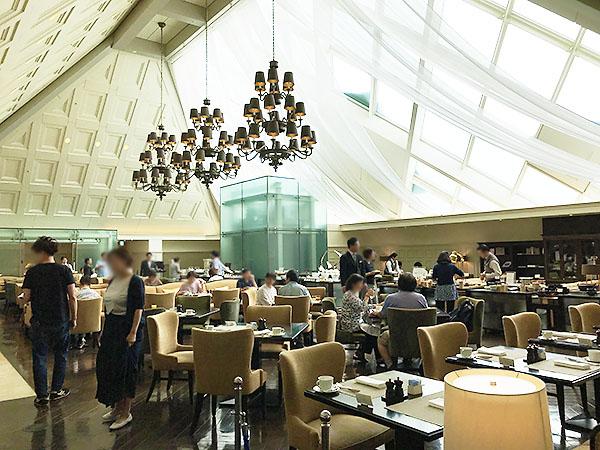 駅舎の屋根裏を利用して作られたレストラン「アトリウム」。5階の天井からは燦燦と朝の明るい光がはいります。内装だけでなく唯一無二の設計にも魅せられました。