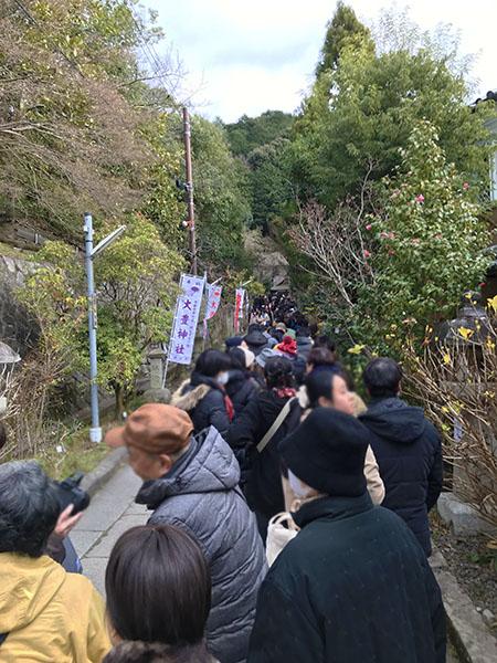 哲学の道から境内に向けてまたもや大行列。100人以上の参拝者が。