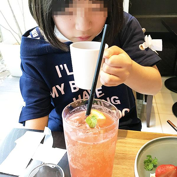 香り高いドリンクも絶対飲む価値ありです。紅茶が苦手な左利きさんがカップを放しません。
