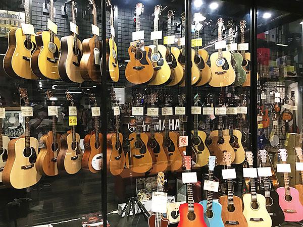 大きなギターショーケース。沢山のギターが展示されていて見ているだけで幸せな気分。