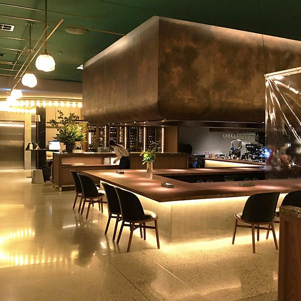 こちらはレストラン「ERUTAN」の店内。ちょっと非日常的な感じのお店です。