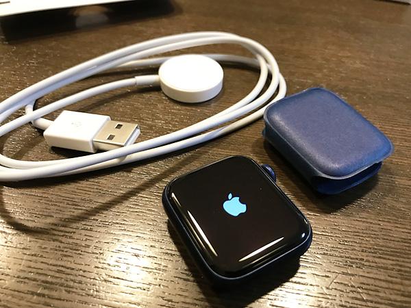初めて本体のスイッチをいれます。お決まりのリンゴマークが。後ろは非接触の充電器。