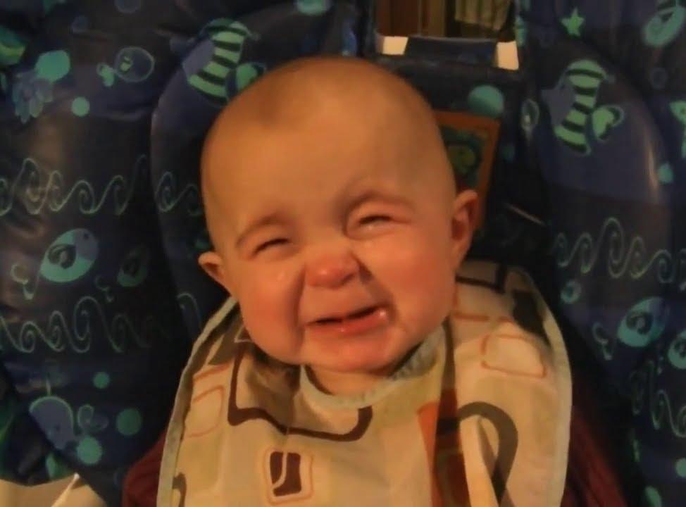 Трогательная реакция малыша на пение мамы
