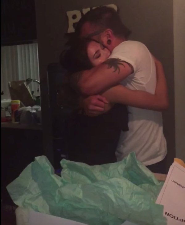 Он растил приемную дочь 16 лет, и ее подарок заставил его разрыдаться